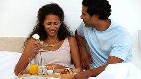 Paar die Ontbijt op het Bed hebben stock videobeelden