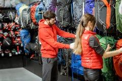 Paar die op de sportuitrusting in de winkel kijken royalty-vrije stock afbeeldingen
