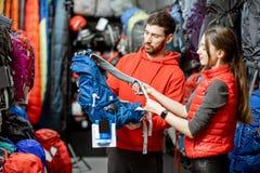 Paar die op de sportuitrusting in de winkel kijken royalty-vrije stock afbeelding
