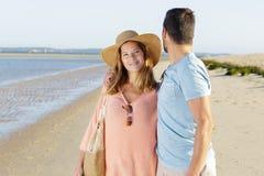 Paar die op de strandmens lopen die terug over schouder kijken royalty-vrije stock fotografie