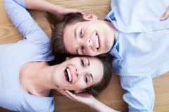 Paar die op de vloer liggen Stock Afbeeldingen