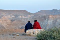 Paar die op de zonsondergang letten over de Negev-woestijn, Israël Stock Foto's