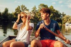 Paar die op een Boot genieten van Stock Afbeeldingen