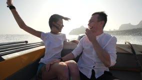 Paar die op een boot varen stock video