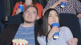 Paar die op een film in een greep letten stock videobeelden