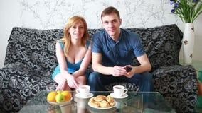 Paar die op een film voorbereidingen treffen te letten stock video