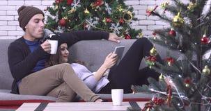 Paar die op een grappig materiaal letten stock video