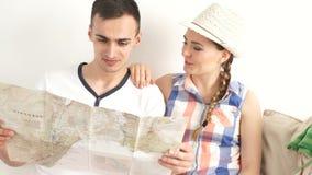 Paar die op een kaart thuis kijken