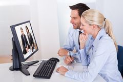 Paar die op een online presentatie letten stock afbeelding