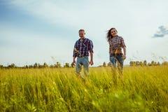 Paar die op het gebied lopen Stock Afbeelding