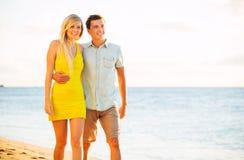 Paar die op het strand bij Zonsondergang, Romantische Vakantie lopen Royalty-vrije Stock Foto