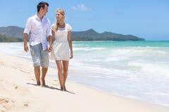 Paar die op het strand genieten van Stock Foto's