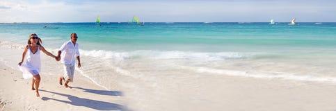 Paar die op het strand lopen royalty-vrije stock fotografie