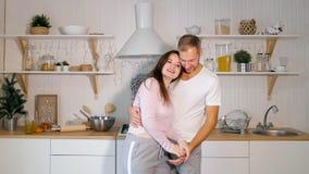 Paar die op keuken dansen stock fotografie