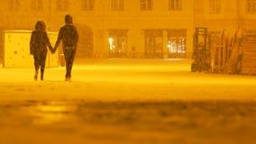 Paar die op Sneeuwnacht lopen stock videobeelden