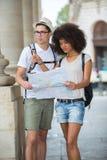 Paar die op stadsonderbreking welke richting beslissen om te gaan stock fotografie