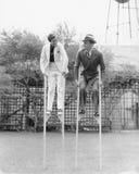 Paar die op stelten lopen (Alle afgeschilderde personen leven niet langer en geen landgoed bestaat Leveranciersgaranties dat er z royalty-vrije stock foto's