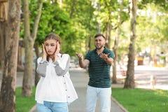 Paar die op straat debatteren Problemen in verhouding stock afbeelding