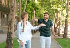 Paar die op straat debatteren Problemen in verhouding royalty-vrije stock foto's