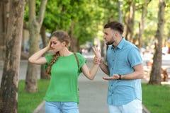 Paar die op straat debatteren Problemen in verhouding stock foto