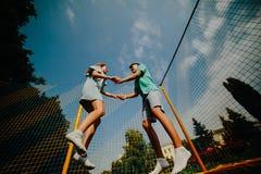 Paar die op trampoline in het park springen Royalty-vrije Stock Afbeelding