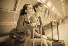 Paar die op trein wachten Stock Foto's