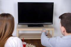 Paar die op TV letten Royalty-vrije Stock Foto