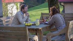 Paar die op voedselplaatsing wachten in het mooie landschap stock video