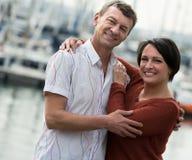 Paar die in openlucht bij de lentedag koesteren Royalty-vrije Stock Afbeelding