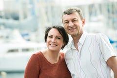 Paar die in openlucht bij de lentedag koesteren Royalty-vrije Stock Fotografie