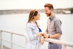 Paar die in openlucht doorgebrachte van tijd genieten royalty-vrije stock afbeelding