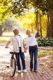 Paar die in openlucht van genieten royalty-vrije stock afbeelding