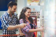 Paar die in opslag voor voedsel winkelen stock foto's