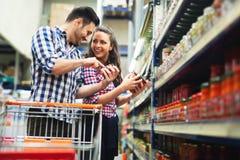 Paar die in opslag voor voedsel winkelen stock afbeelding