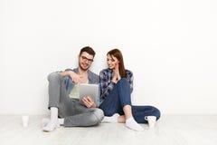Paar die orde maken bij de website van de voedsellevering, online orde royalty-vrije stock fotografie