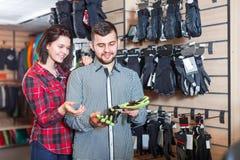 Paar die over beschermende handschoenen beslissen stock afbeelding