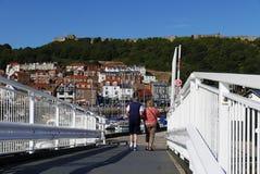 Paar die over brug lopen Royalty-vrije Stock Afbeeldingen