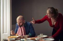 Paar die over een plaat van spaghetti gillen stock afbeelding