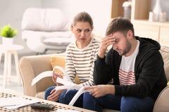 Paar die over geld thuis debatteren stock foto
