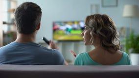 Paar die over het letten op TV, mens en vrouw debatteren die conflict, verhouding de hebben stock video