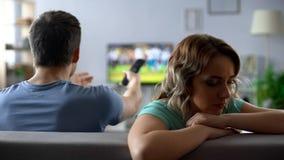 Paar die over het letten op TV, mens en vrouw debatteren die conflict, verhouding de hebben royalty-vrije stock foto