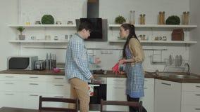 Paar die over ongekookt voedsel in keuken debatteren stock video