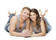 Paar die over Witte Achtergrond, Jonge Volwassen Man Vrouw liggen stock afbeeldingen