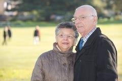 Paar die in park wandelen stock foto