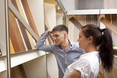 Paar die parketraad bekijken voor huisbevloering in opslag Stock Fotografie
