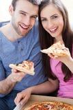 Paar die pizza eten Stock Afbeeldingen