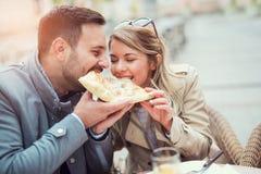 Paar die pizzasnack eten royalty-vrije stock foto