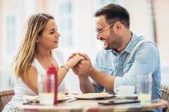 Paar die pizzasnack in openlucht eten royalty-vrije stock foto's