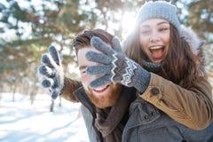 Paar die pret in de winterpark hebben Stock Afbeelding