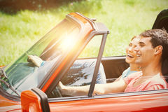Paar die pret in een auto hebben Royalty-vrije Stock Foto